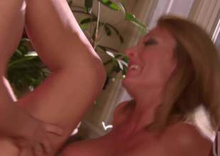 Hot bodied cougar Brenda James with sexy tits and ass receives her dripping wet aperture drilled by sturdy young cock in the kitchen. Four-eyed guy bangs pasisoante older woman with wild desire