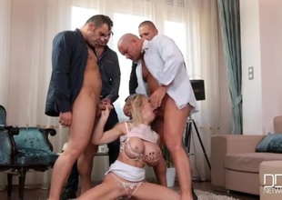 Bimbo Chessie Kay sucks on four hard dicks