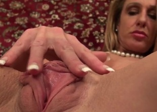 Fit milf model shows off her big throbbing clit