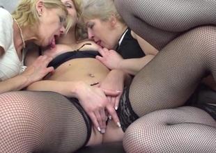 Three mature ladies getting full lesbian on eachother
