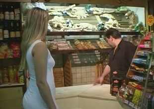 une cliente paye son pain en se faisant baiser