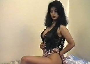 British Indian gal named Aishwarya exposes her boobs