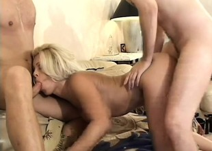 Sultry wife with thick ass likes banging everybody that babe sees near her cunt