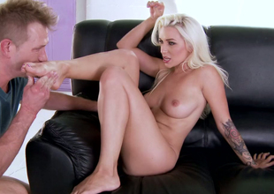Euro babe Stevie Shae lets her buddy worship her feet