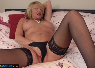 EuropeMature Aged cougar Amy toy pleasure