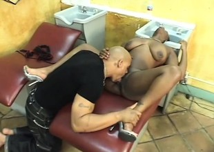 Swarthy hairdresser squeezes her ass while he pumps her pussy raw