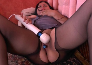BBW milf Laura vibrates her clitoris till she explodes