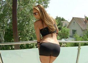 Euro ass Sophie Lynx posing