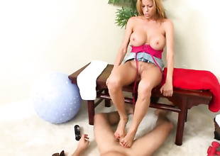Huge mambos golden-haired is using her feet